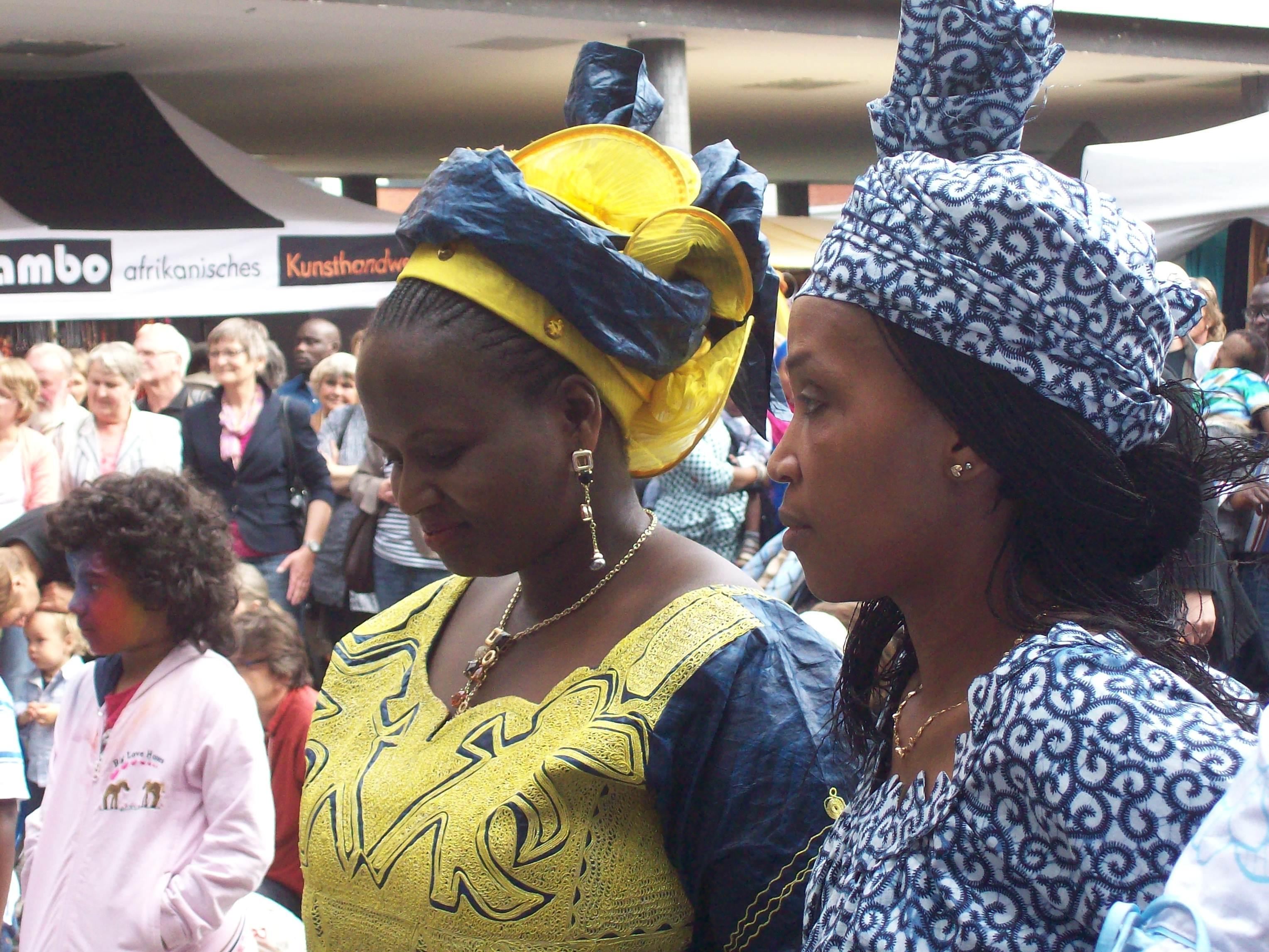 Großartig diese Frauen! Diese wunderbaren Kopfbedeckungen!