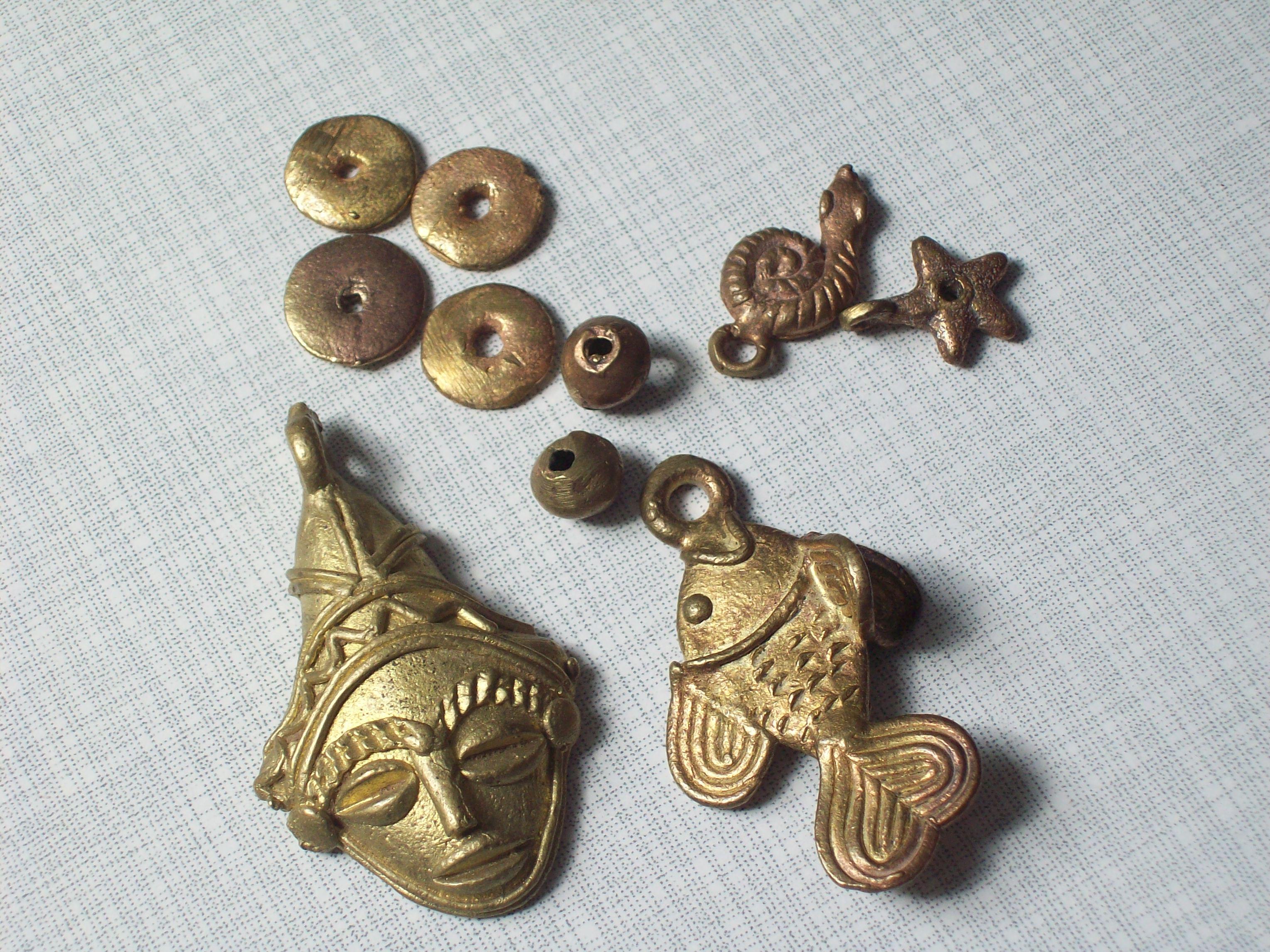 Perlen und Anhänger aus Messing
